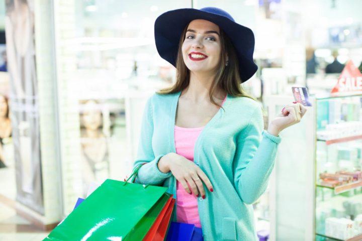 クレジットでショッピングする女性