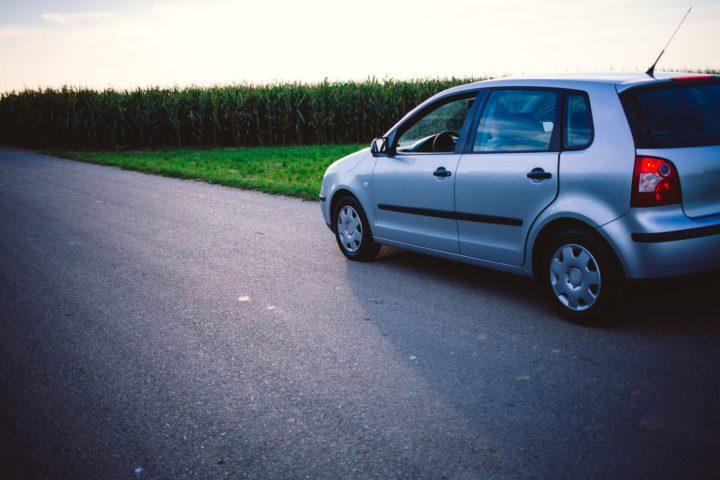 田舎を走る車