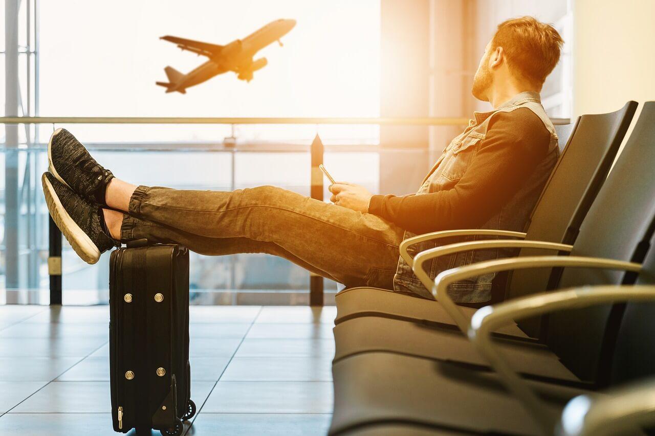 外国人が空港でくつろぐ写真