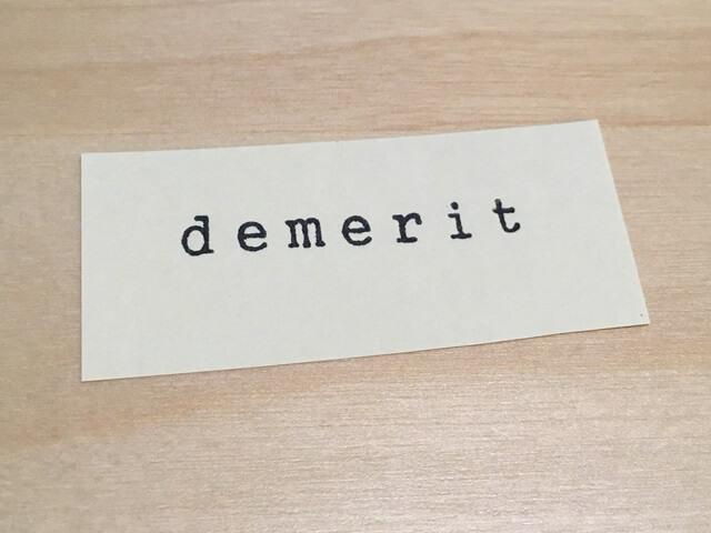 白いカードにメリットの文字