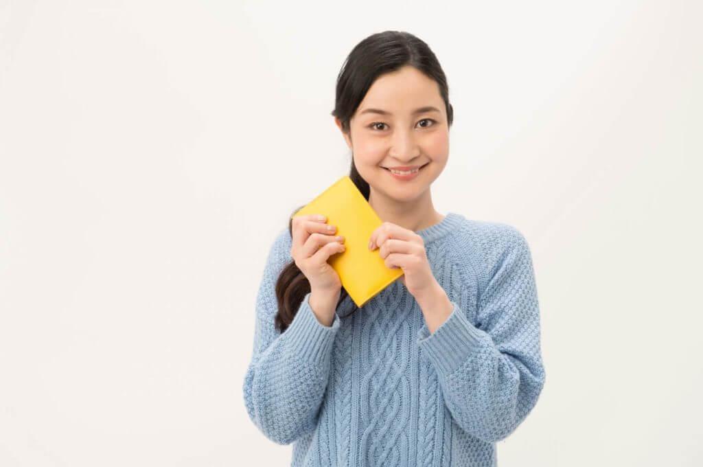 お財布片手に微笑む女性