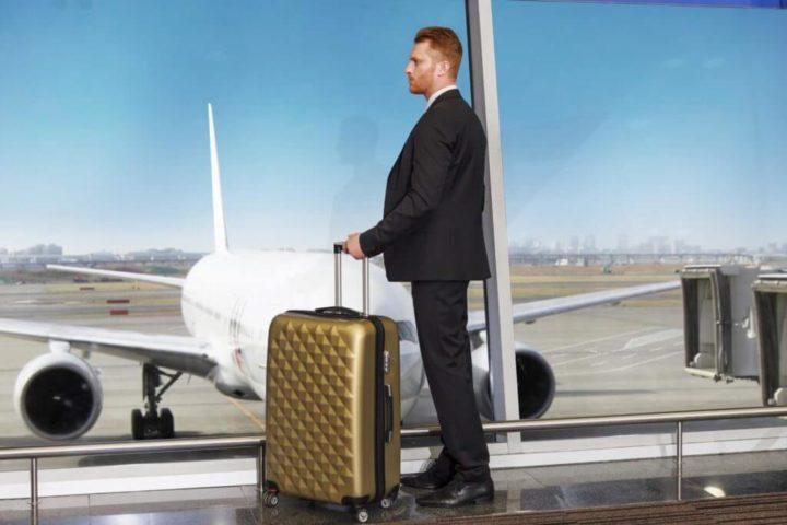 空港で佇む男性
