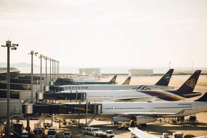 空港にスタンバイする飛行機