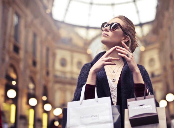 買い物をした外国人女性