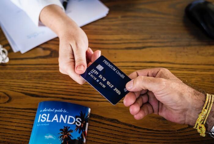 クレジットカードの受け渡しをしている画像
