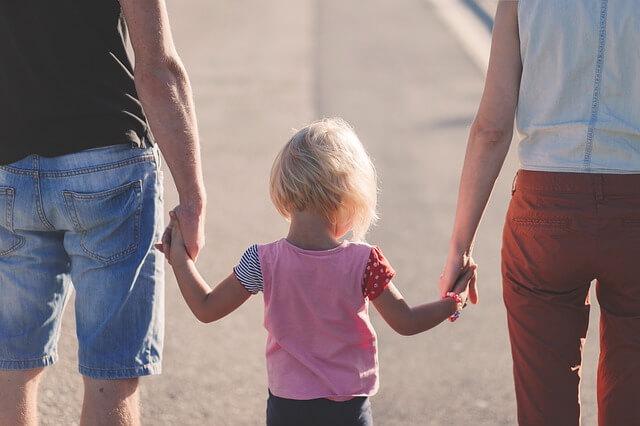 手をつなぐ家族の写真