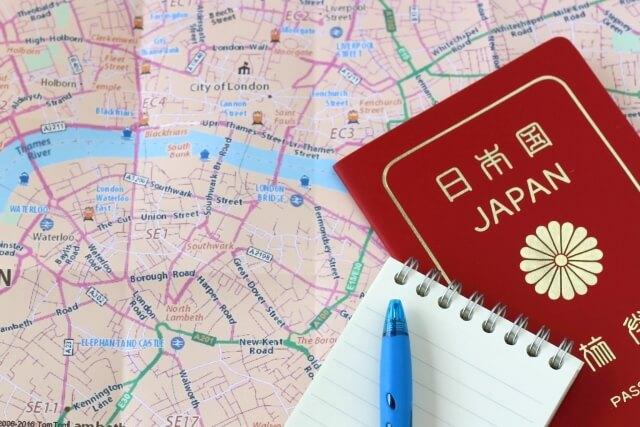 海外地図とパスポート