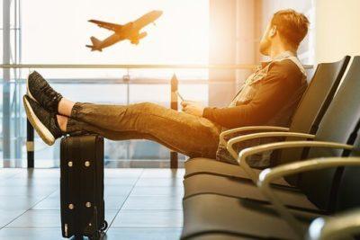 空港で黄昏れる男性