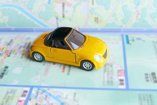 地図とミニカーの画像