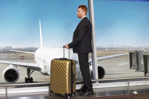 ビジネスマンが飛行機で出張に行こうとしている画像