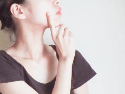 考える女性横顔