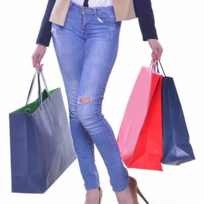 買い物袋をぶら下げる女性