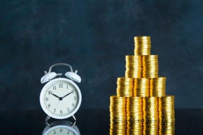 目覚まし時計と硬貨