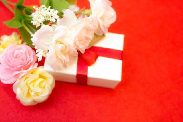 プレゼントボックスと花束