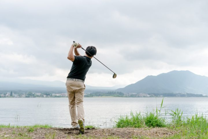 ゴルフしている画像