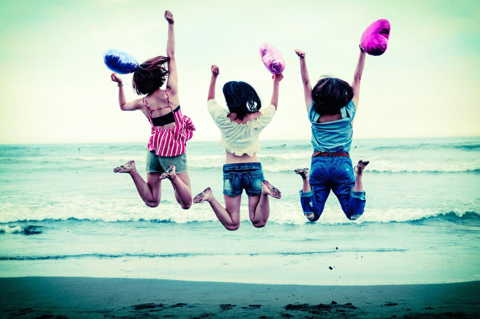 砂浜ではしゃぐ女子3人