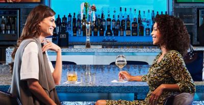 バーで二人で話す女性