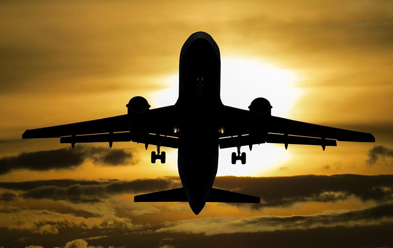 夕日の中を飛ぶ飛行機