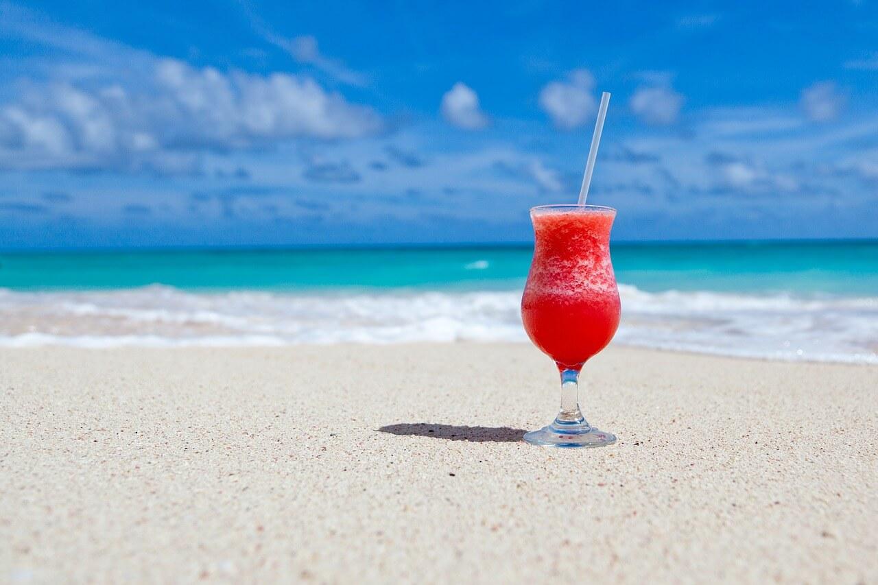 砂浜にカクテル