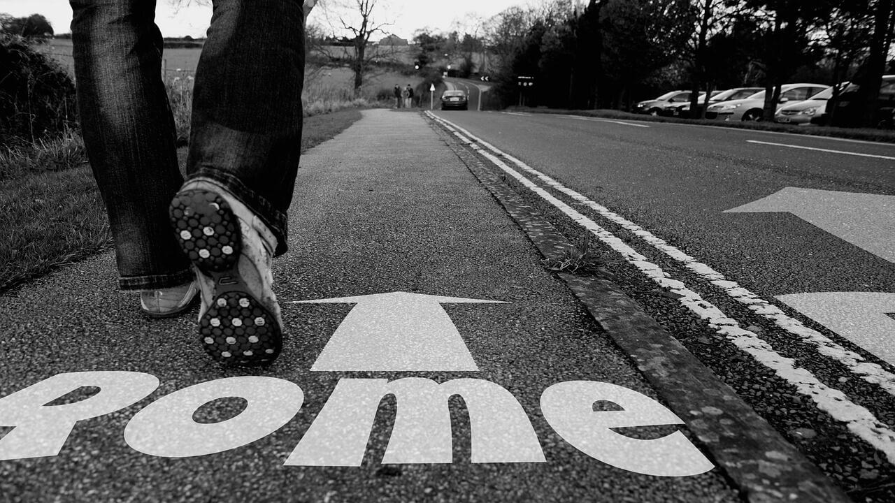 道を歩く人