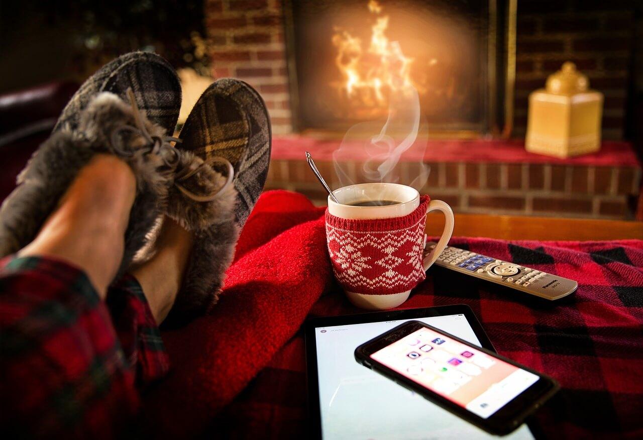 暖炉前のホットコーヒー